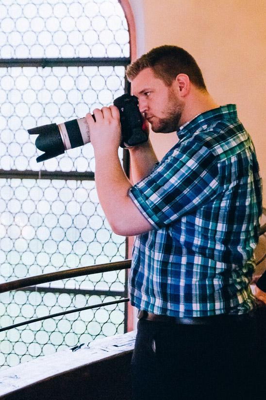 Porträtbild von Hochzeits-Fotograf Samuel Gesang konzentriert bei der kirchlichen Trauung in Karlsruhe